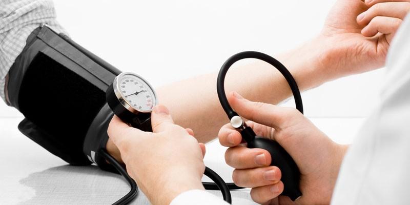 Пациенту измеряют артериальное давление