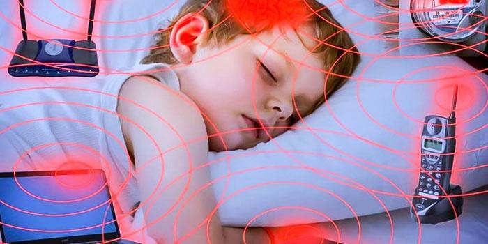Излучение от домашней электроники на спящего ребенка