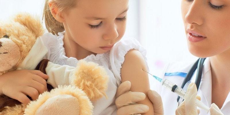 Медик делает укол ребенку