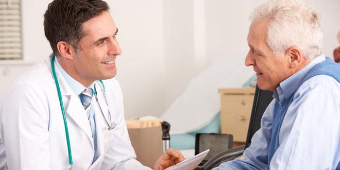 Пожилой мужчина на приеме у врача