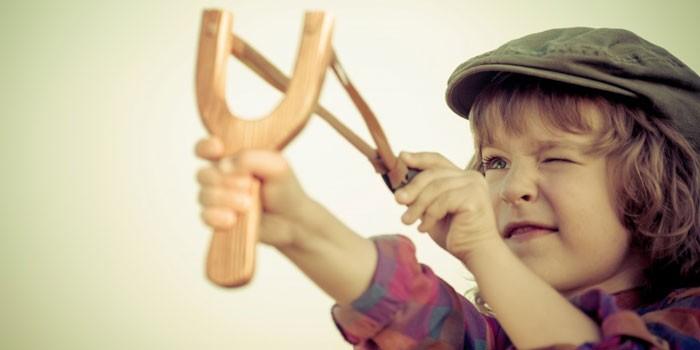 Мальчик с рогаткой