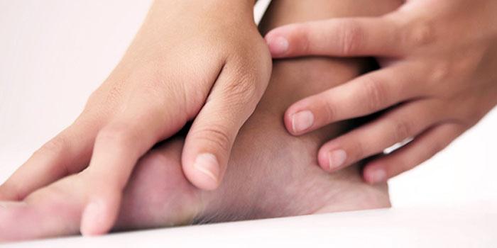 Девушка делает самомассаж ноги