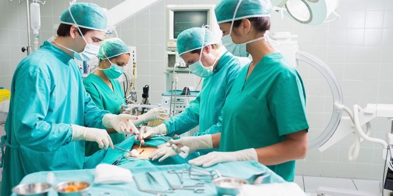 Медики проводят операцию