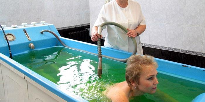 Женщина принимает радоновую ванну