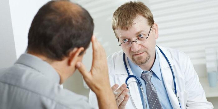 Врач консультирует больного мужчину