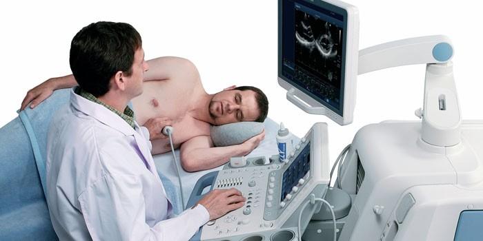 Медик проводит УЗИ сердца