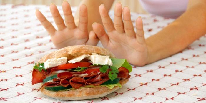 Девушка отказывается от сэндвича