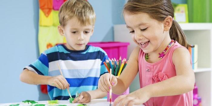 Мальчик и девочка рисуют