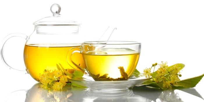 Чай с липой в чайнике и чашке