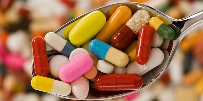 Таблетки и капсулы в ложке