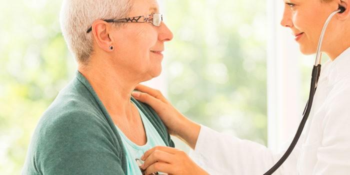 Врач прослушивает сердечный ритм пациентки