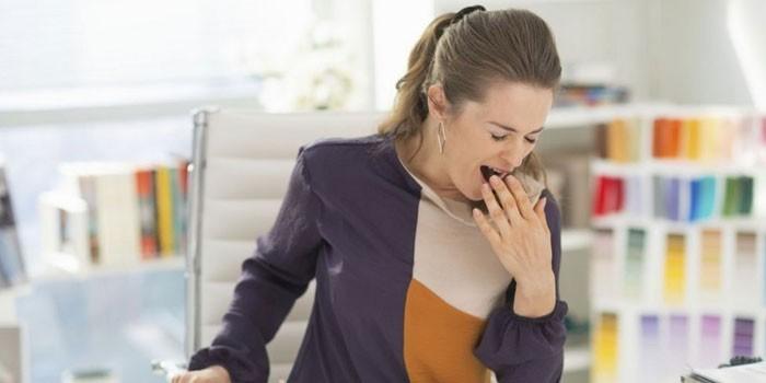 Женщина зевает