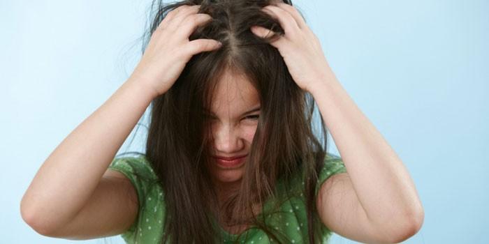 У девочки чешется голова