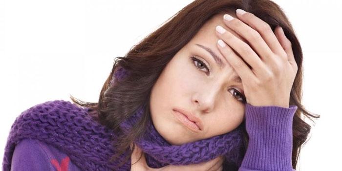 У девушки болит голова и горло