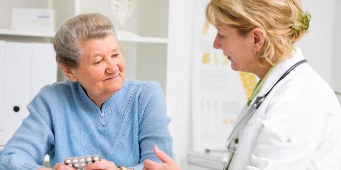 Пожилая женщина на приеме у доктора