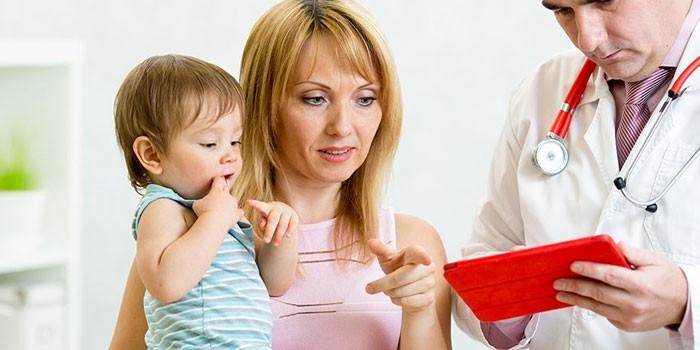 Женщина с ребенком и врач
