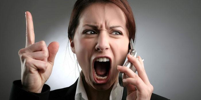 Девушка кричит в телефонную трубку