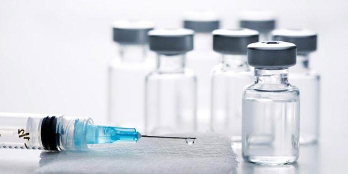 Шприц и вакцина