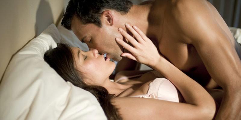 Парень с девушкой в постели
