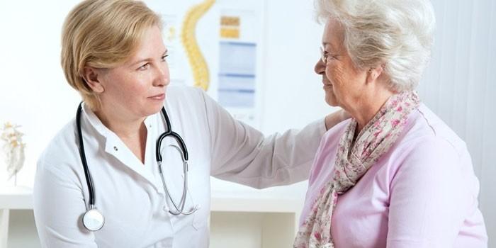 пожилая женщина консультируется с доктором
