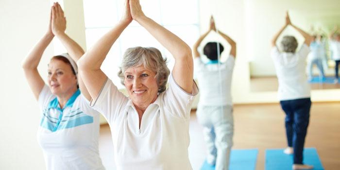Женщины на сеансе лечебной физкультуры