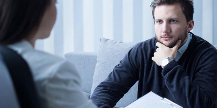 Мужчина консультируется с доктором
