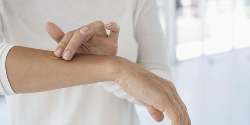 Нанесение лекарства на руку