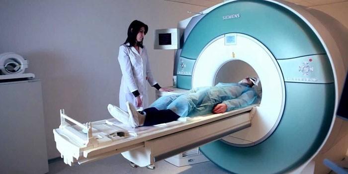 Пациент в аппарате магнитно-резонансной томографии