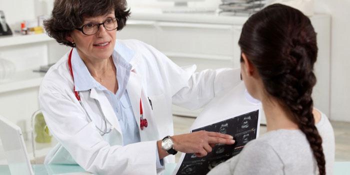 Врач объясняет снимки пациентке