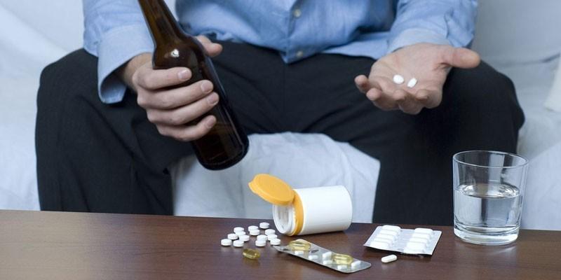 Мужчина с таблетками и алкоголем