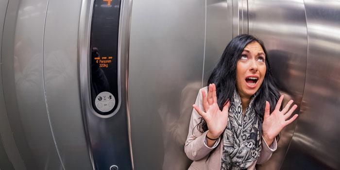 Паническая атака у женщины в лифте