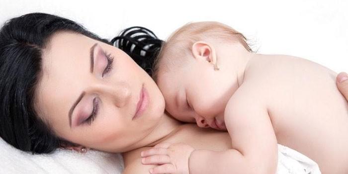 Женщина и грудной ребенок