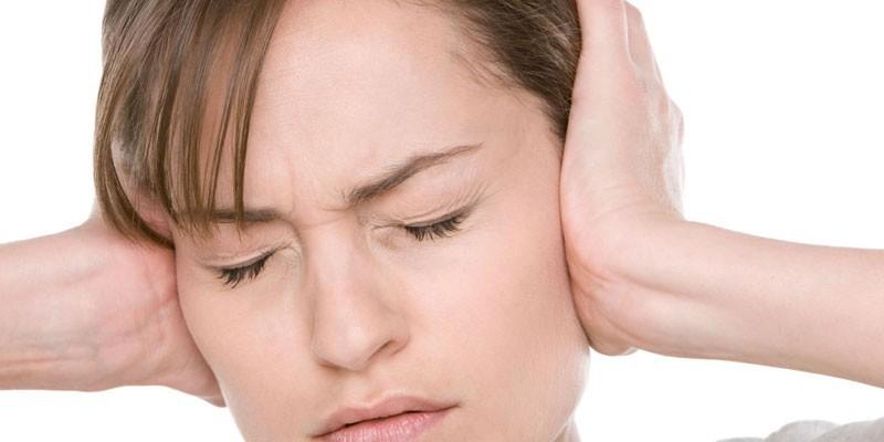 Женщина зажала руками уши