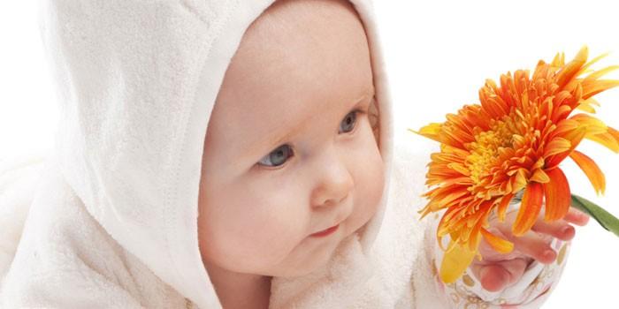 Ребенок и цветок