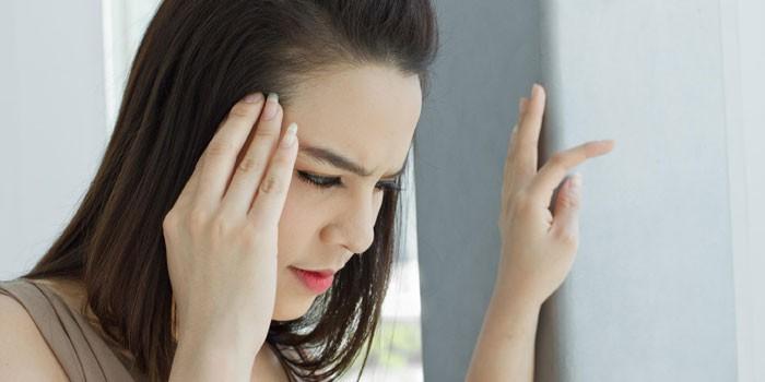 У девушки болит голова