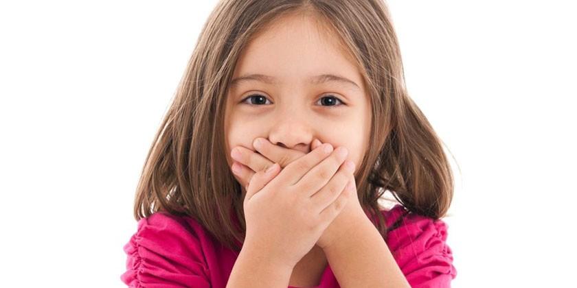 Девочка прикрывает рот руками