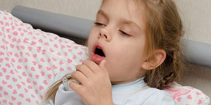 У девочки кашель