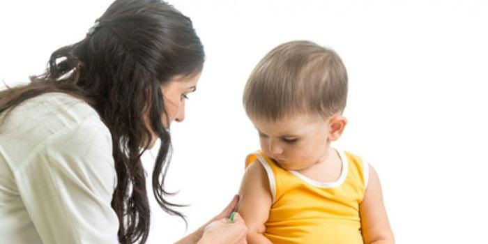 Медсестра делает прививку ребенку