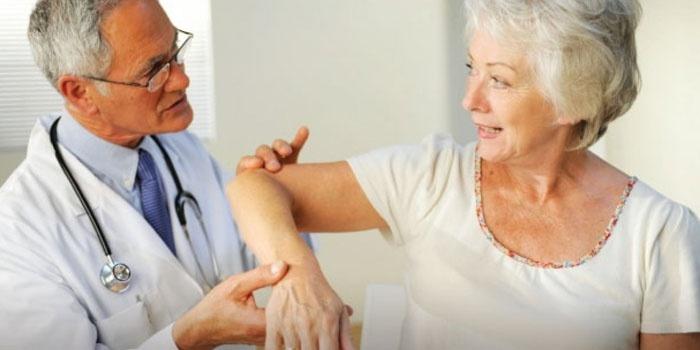 Ортопед осматривает пациентку