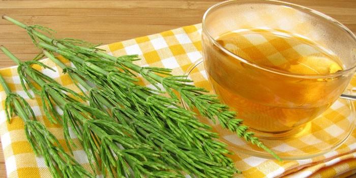 Чай травяной в чашке