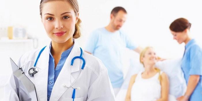 Медики и пациентка в клинике