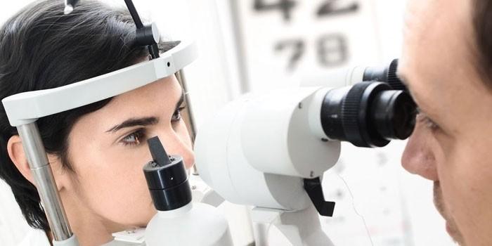 Девушка проходит обследование у офтальмолога