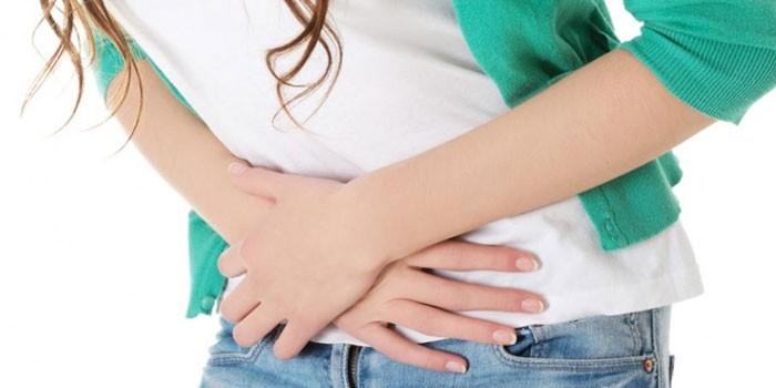 Девушка скрестила руки на животе