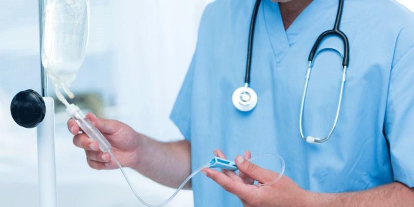 Капельница в руках медика