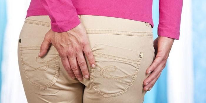 Женщина держит руку сзади
