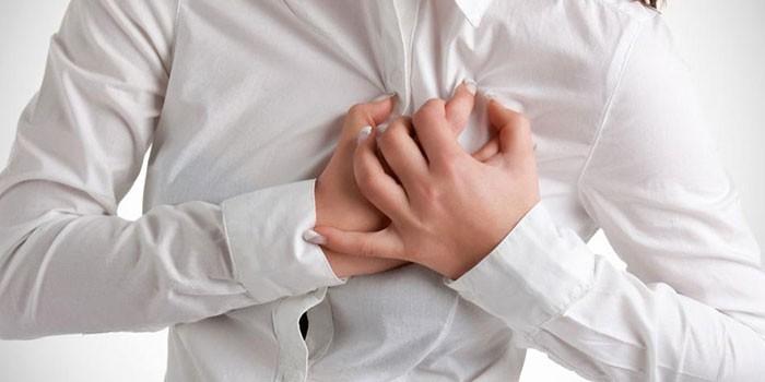 Женщина скрестила руки в области груди