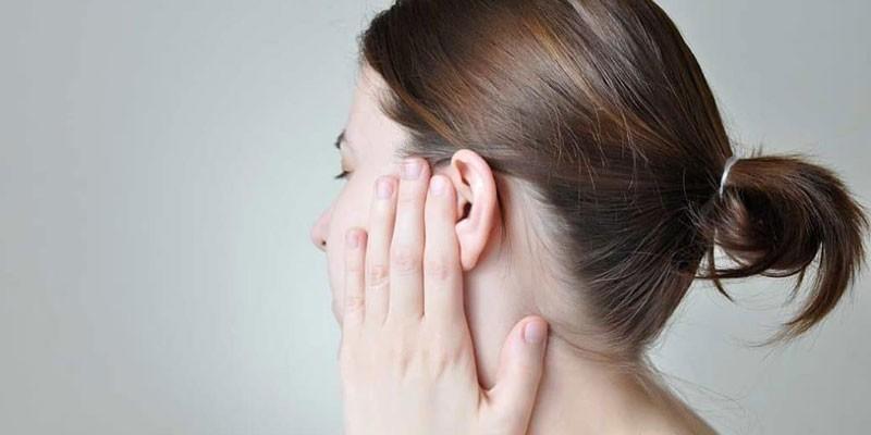 У девушки болит ухо