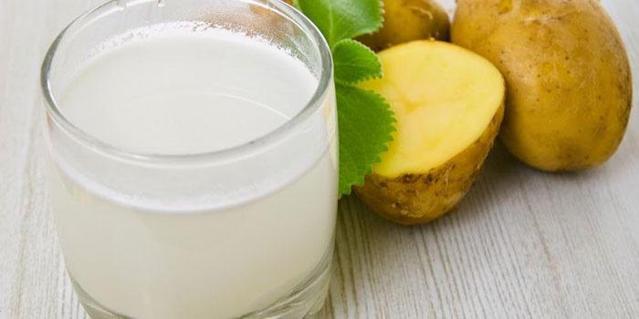 Картофельный сок в стакане