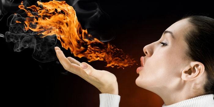Девушка дышит огнем