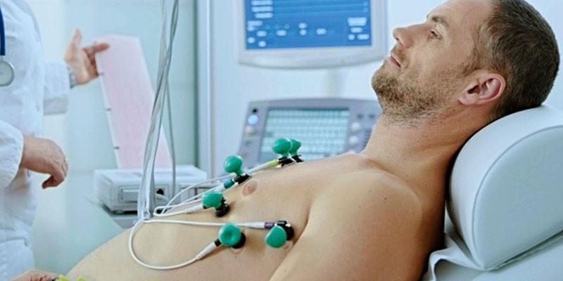 Мужчине делают кардиограмму